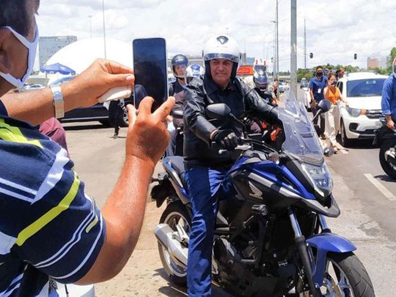 Bolsonaro faz passeio de moto e ignora queda de popularidade