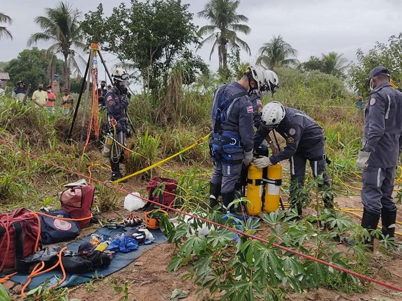 Bombeiros resgatam adolescente que caiu em poço de 22m de profundidade em Irará