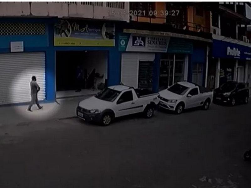 Câmeras de segurança flagram homem roubando carro em Itabuna
