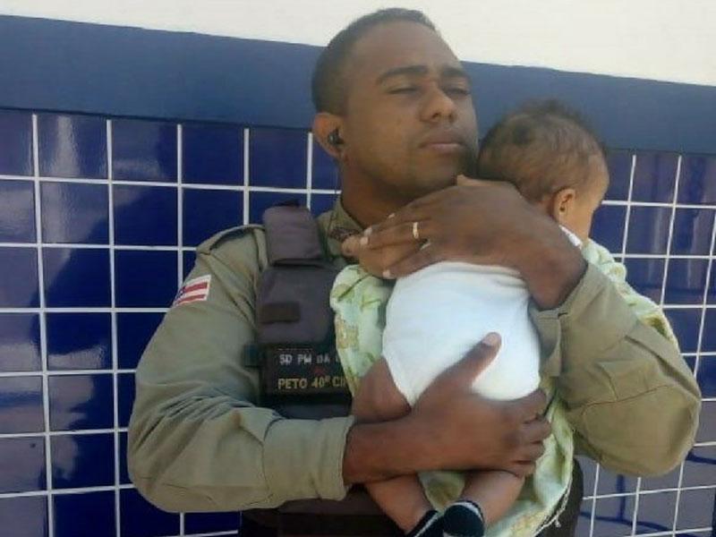 Bahia: Policial militar cuida de bebê para mãe ir a posto médico