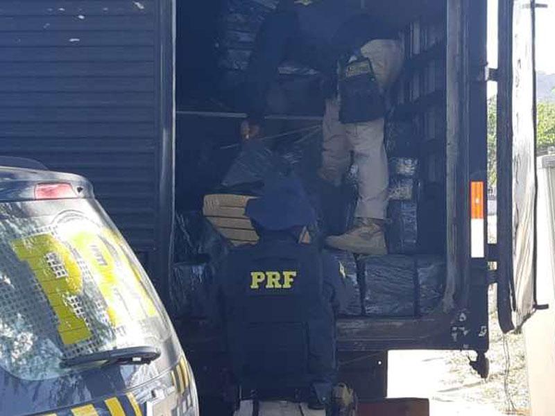 Caminhão baú 'lotado' com mais de 1 tonelada de maconha é apreendido na BR-116