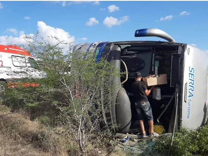 Acidente com ônibus deixa mortos e feridos na BR-116 em Canudos