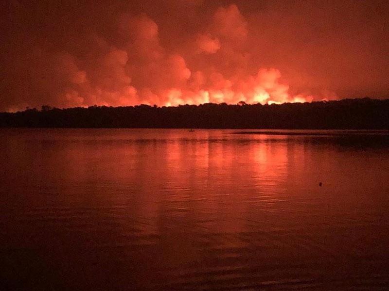 Fogo volta a atingir Alter do Chão, no Pará, após governo anunciar que incêndio foi controlado