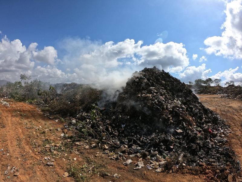 Rio de Contas: Lixão a céu aberto queimando por 24h prejudica saúde de moradores da cidade.
