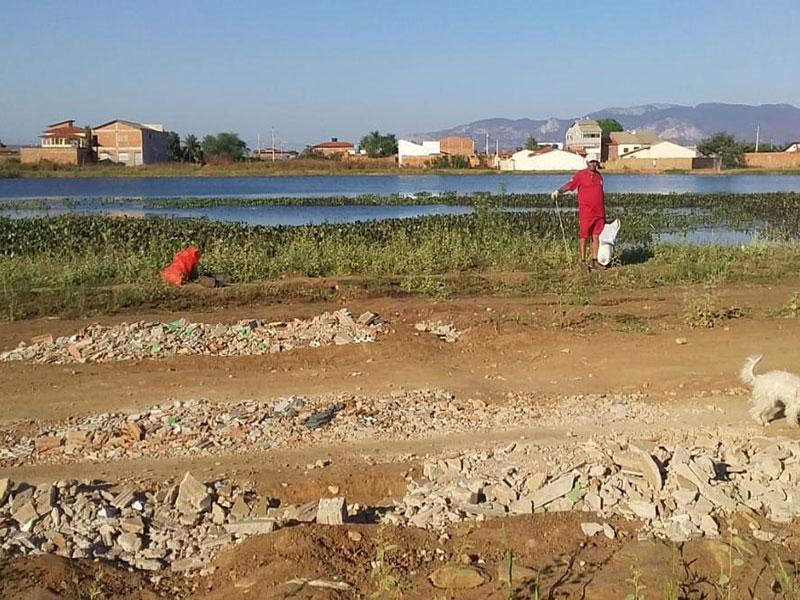 Brigadistas da Serra das Almas realizam limpeza na lagoa da Estocada em Livramento