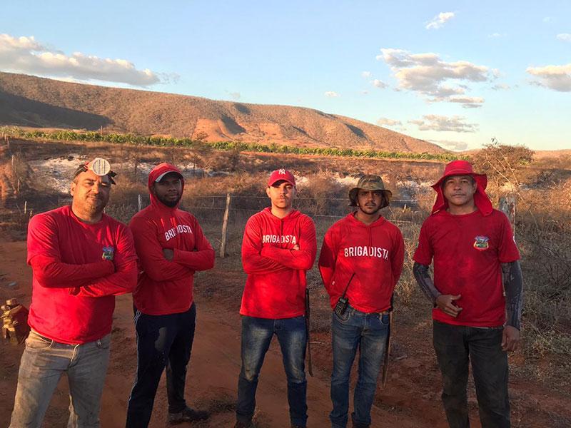Grupo Guardiões Ambientais da Serra das Almas e populares combatem incêndio na zona rural de Livramento