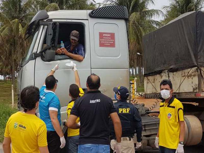 Em meio a pandemia do novo coronavírus, PRF e voluntários ajudam profissionais do volante a continuar trabalhando