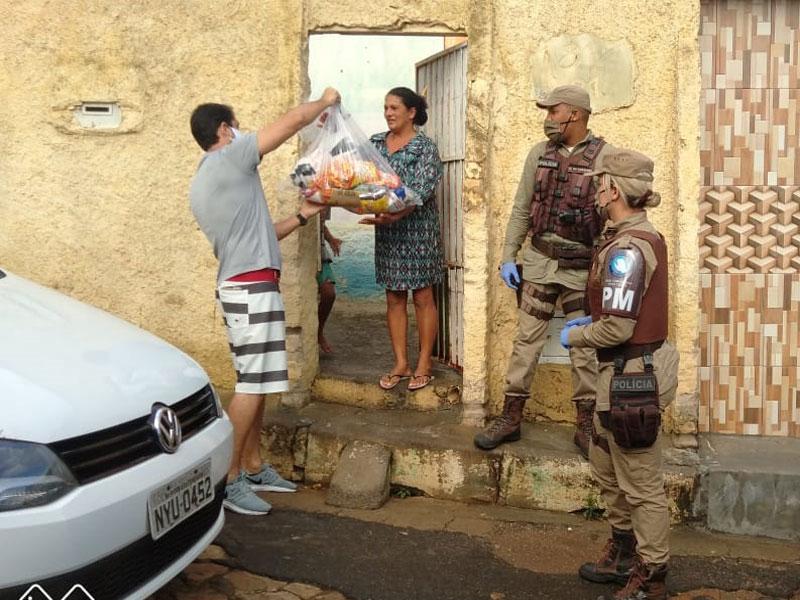 Famílias recebem doações com apoio de Base Comunitária de Segurança em Vitória da Conquista