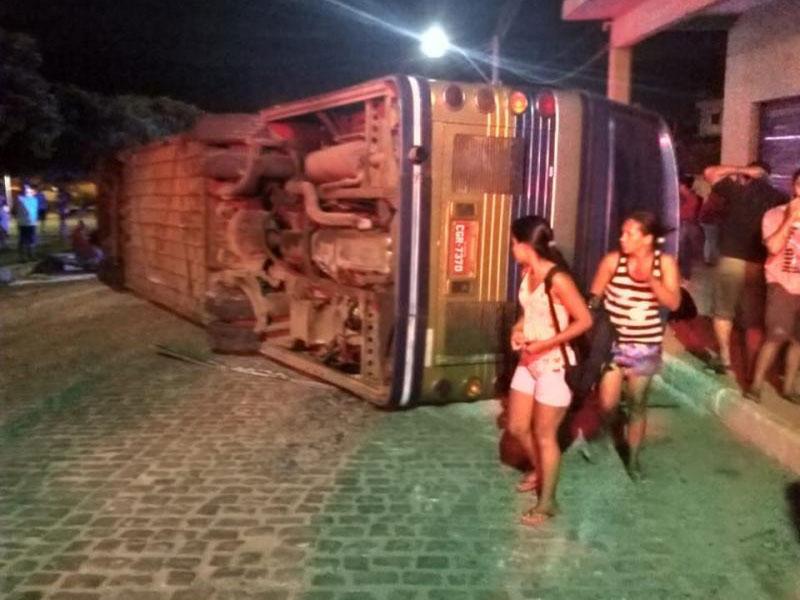 Ônibus que transportava romeiros tomba em Ituaçu