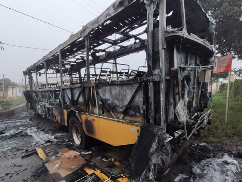 Ônibus escolar utilizado em Barreira é incendiado em Barra do Choça