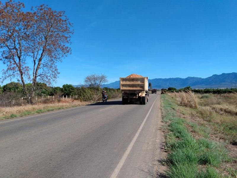 Livramento: Caminhão caçamba da Prefeitura é flagrado transportando carga de terra sem cobertura