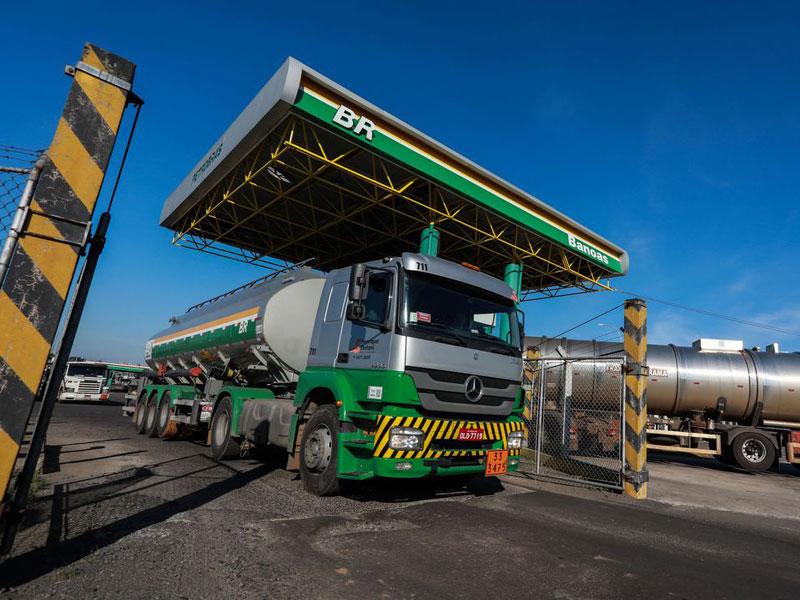 Preço médio de revenda da gasolina acumula queda de 17,11%, diz ANP