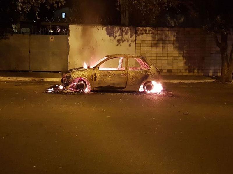 Carro pega fogo na Avenida Otávio Mangabeira em Brumado