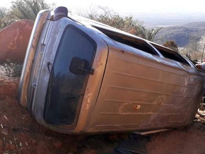 Paramirim: van escolar tombou em estrada vicinal; havia 18 estudantes no veículo