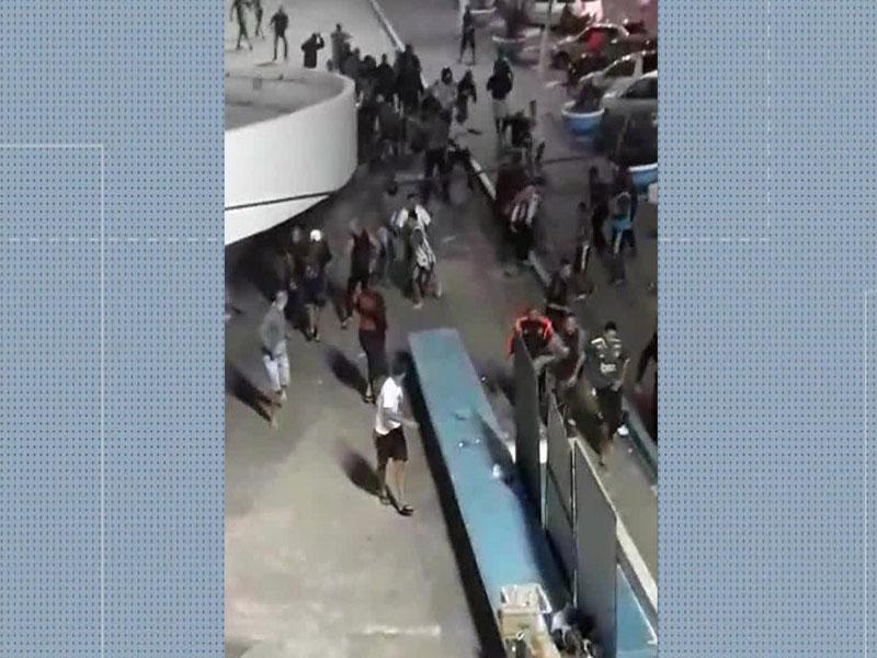Torcedores de Flamengo e Vasco brigam durante distribuição de alimentos para moradores de rua