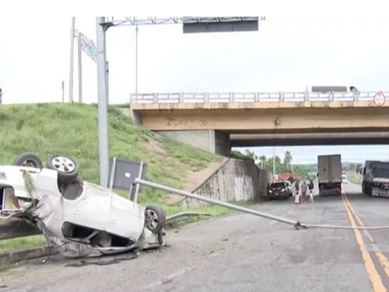 Homem morre após carro em que estava capotar e se chocar contra poste na BR-116